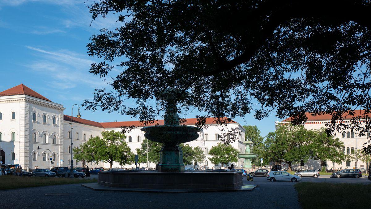 Blick auf den Geschwister-Scholl-Platz mit den beiden Brunnen. Im Hintergrund Gebäude der LMU.