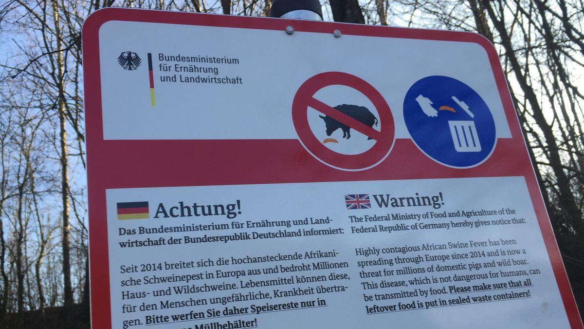 Warnschild vor der Afrikanischen Schweinepest an der Autobahn