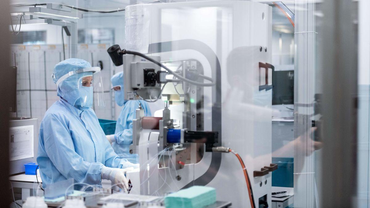 Mitarbeiter arbeiten in Schutzanzügen in einem Labor