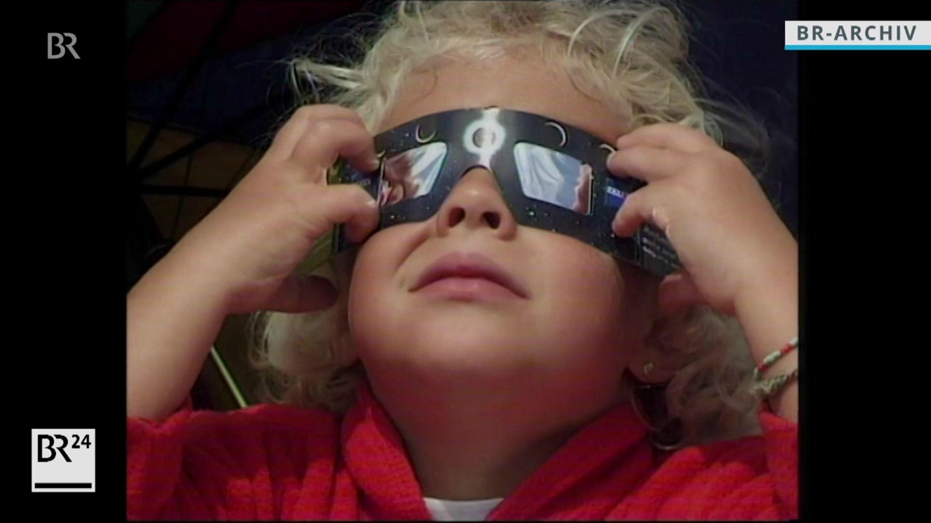 Kind mit Sonnenfinsternisbrille