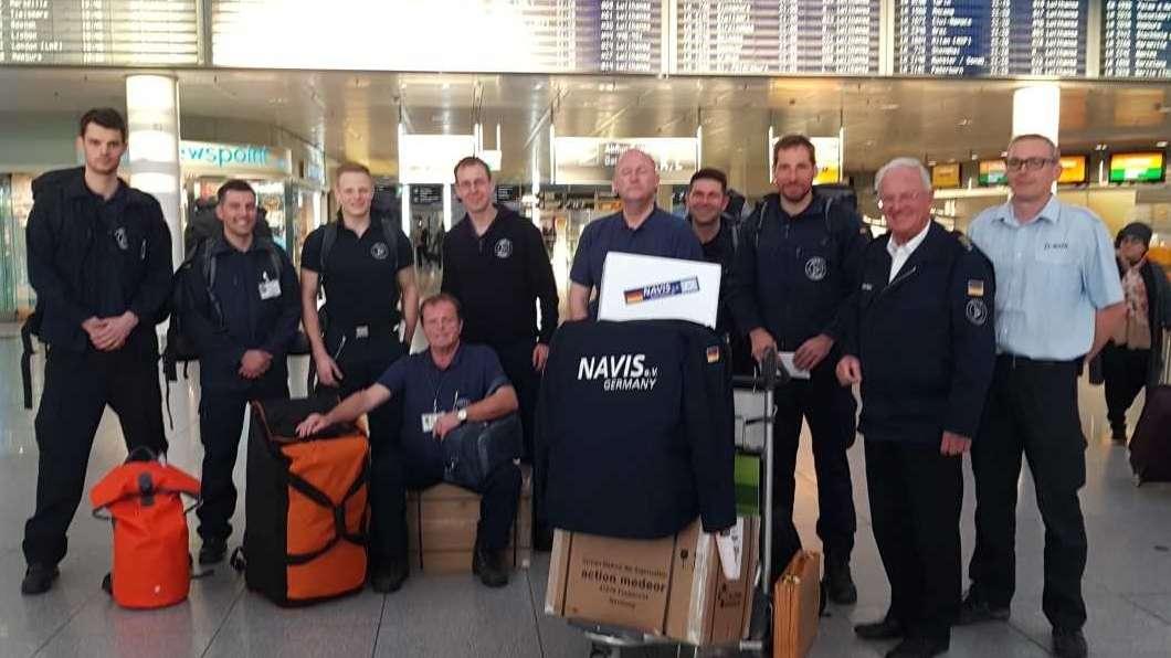 Am Abend wurde am Flughafen München ein achtköpfiges Team mit Technikern, Sanitätern und einem Arzt verabschiedet.