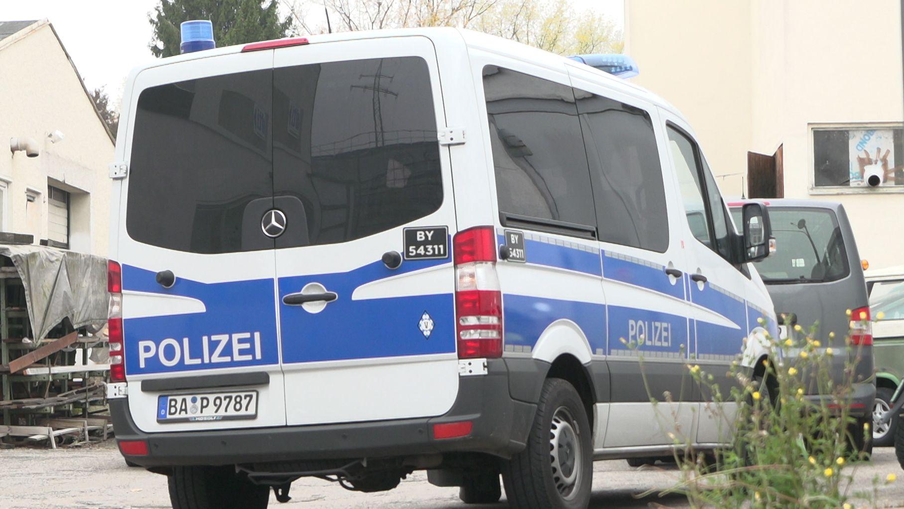 Einsatzfahrzeug der Polizei bei einer Razzia gegen Pflegedienste