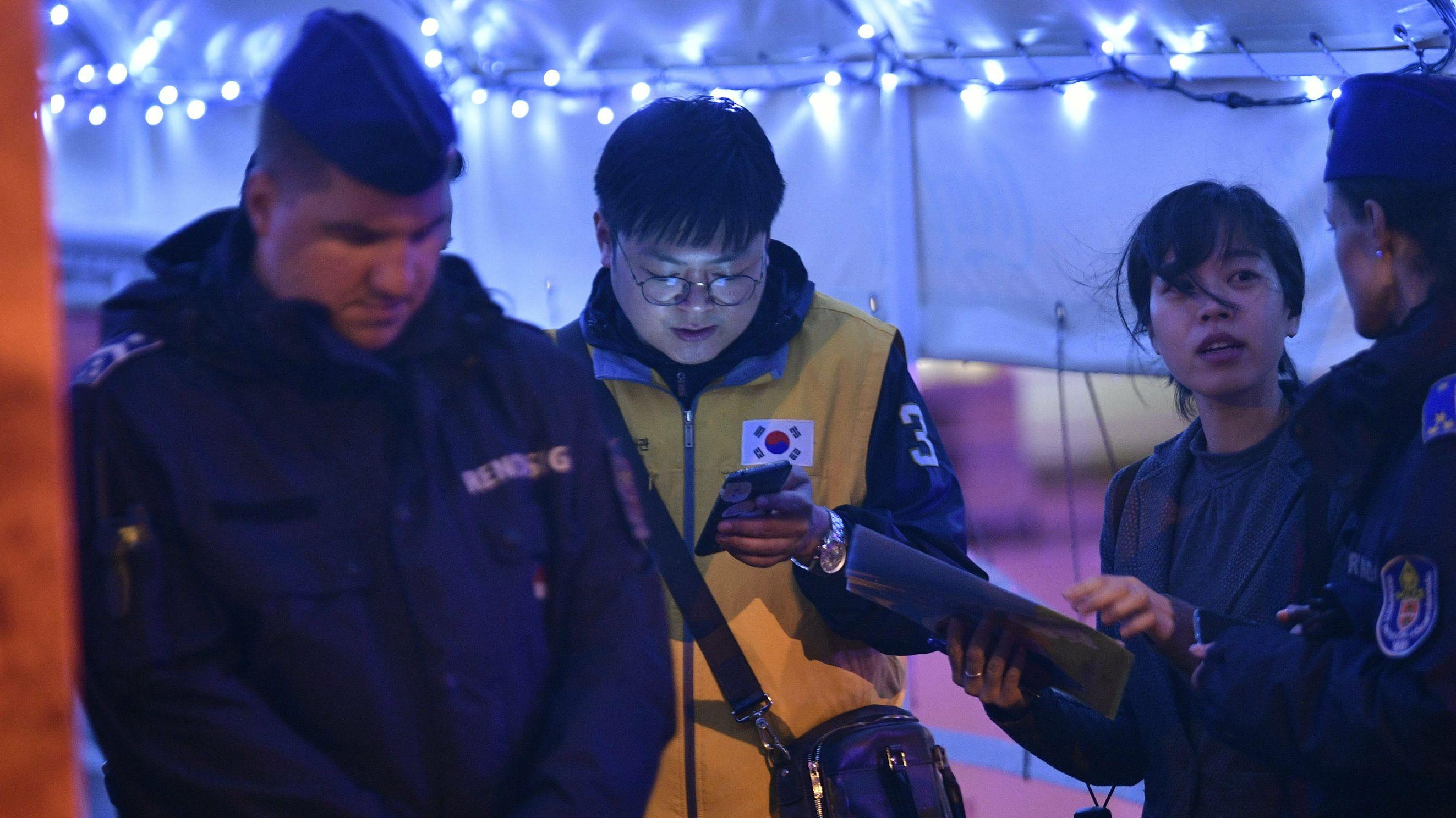 Mitarbeiter der südkoreanischen Botschaft im Gespräch mit der Polizei vor Ort