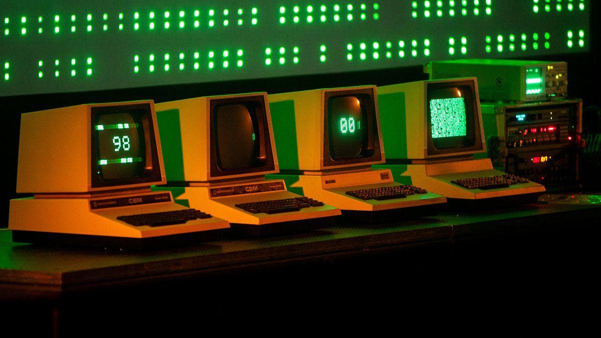 Computer-Bildschirme aus den 80er-Jahren auf der Bühne