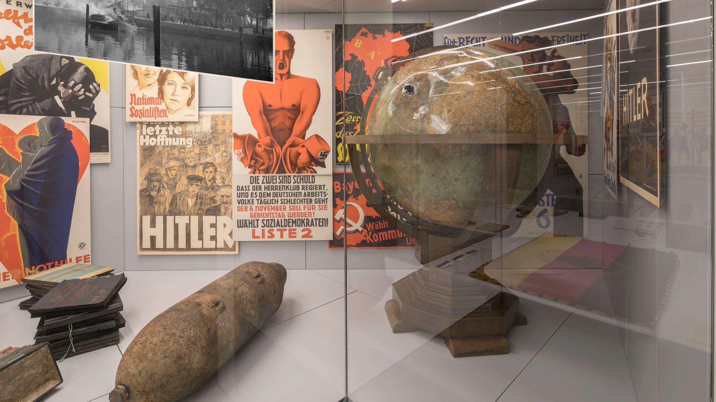 """Der Blick auf die Inszenierung zur NS-Diktatur zeigt unter anderem einen Globus aus Hitlers Arbeitszimmer im Münchner """"Führerbau""""."""