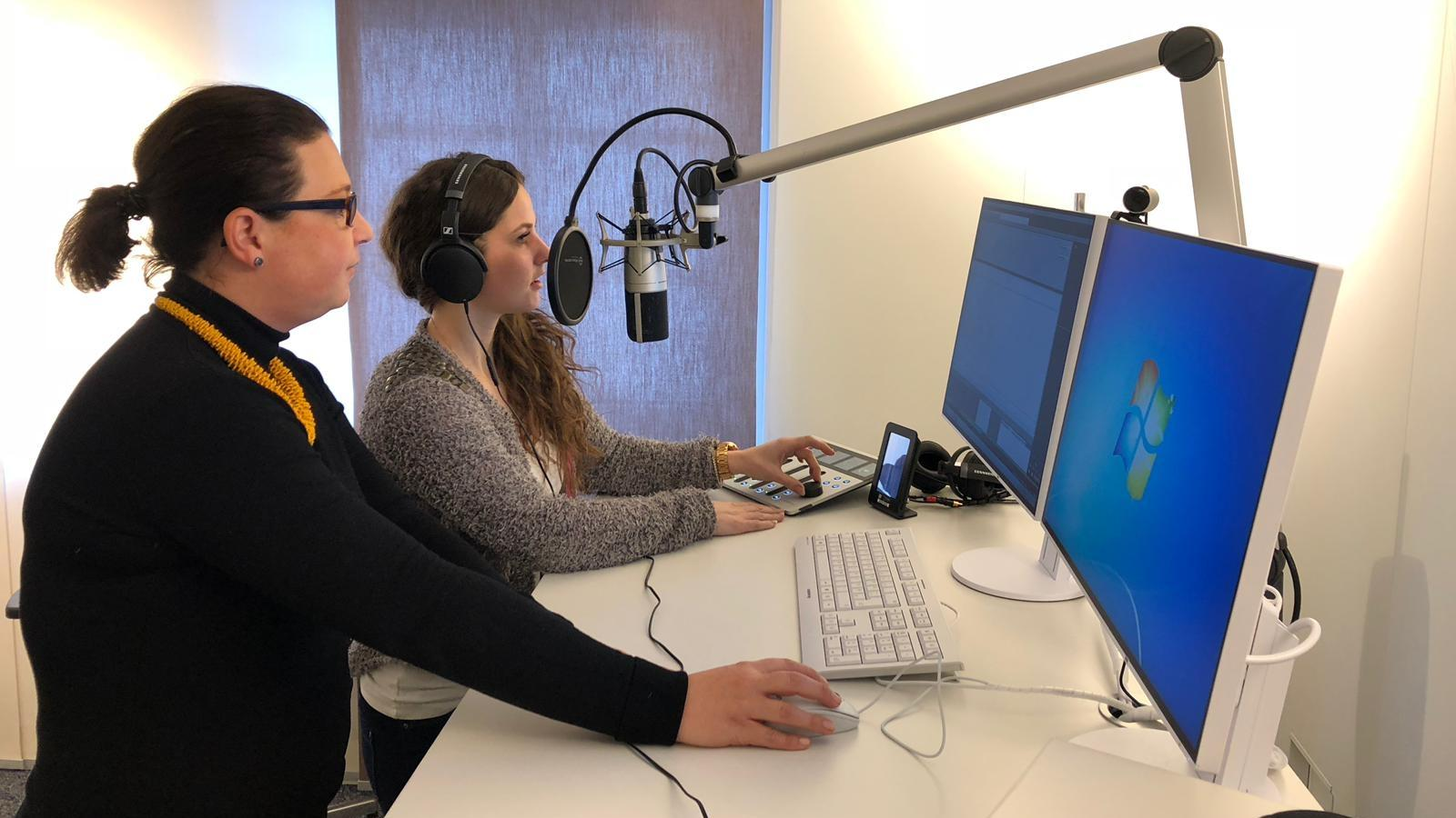 Im Aufnahmestudio können Hörfunkbeitrage aufgenommen oder Fernsehstücke geschnitten werden.