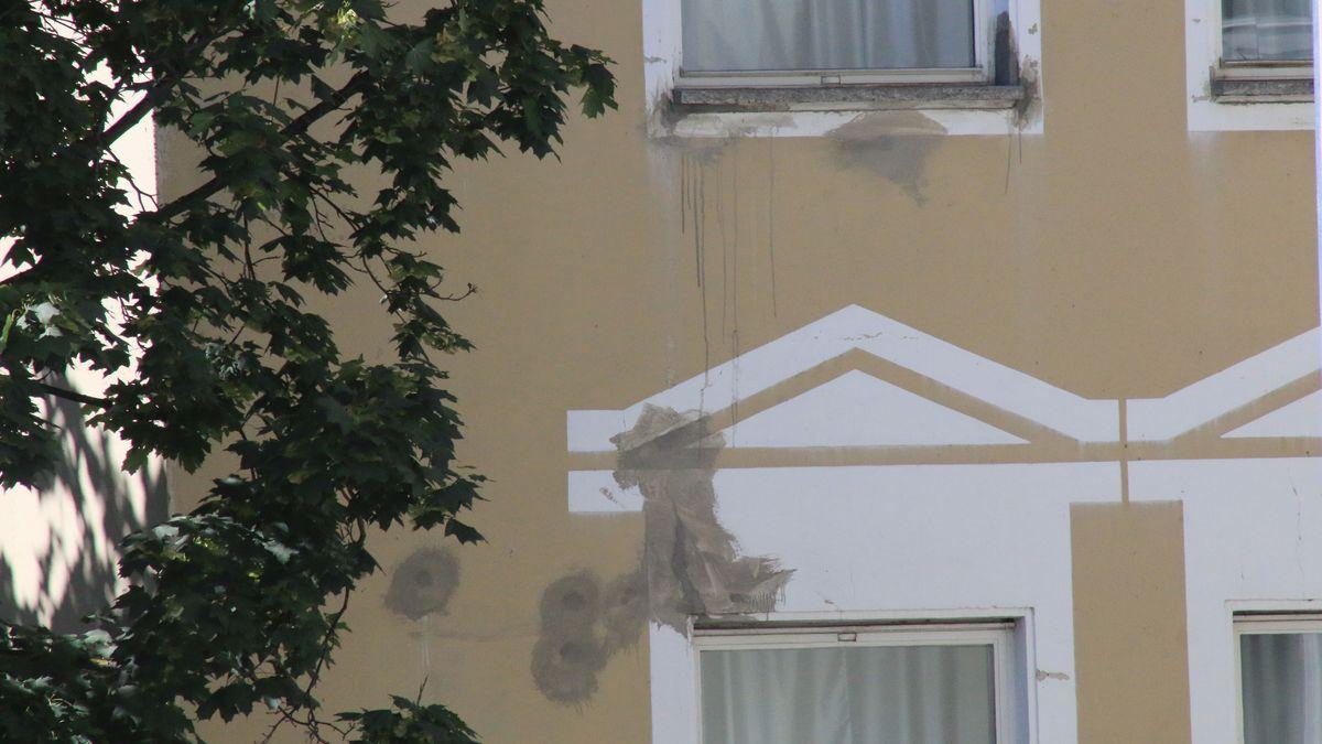 Risse in der Fassade, morsche Fenster