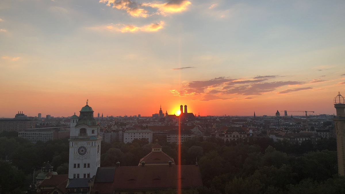 Letzte Strahlen berühren die Türme der Frauenkirche