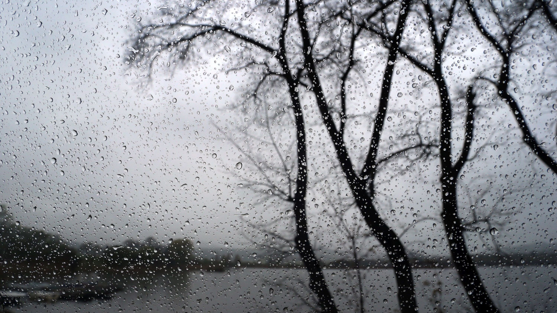 Eine regennasse Autoscheibe am Ufer des Haslacher Sees. (Archivbild)