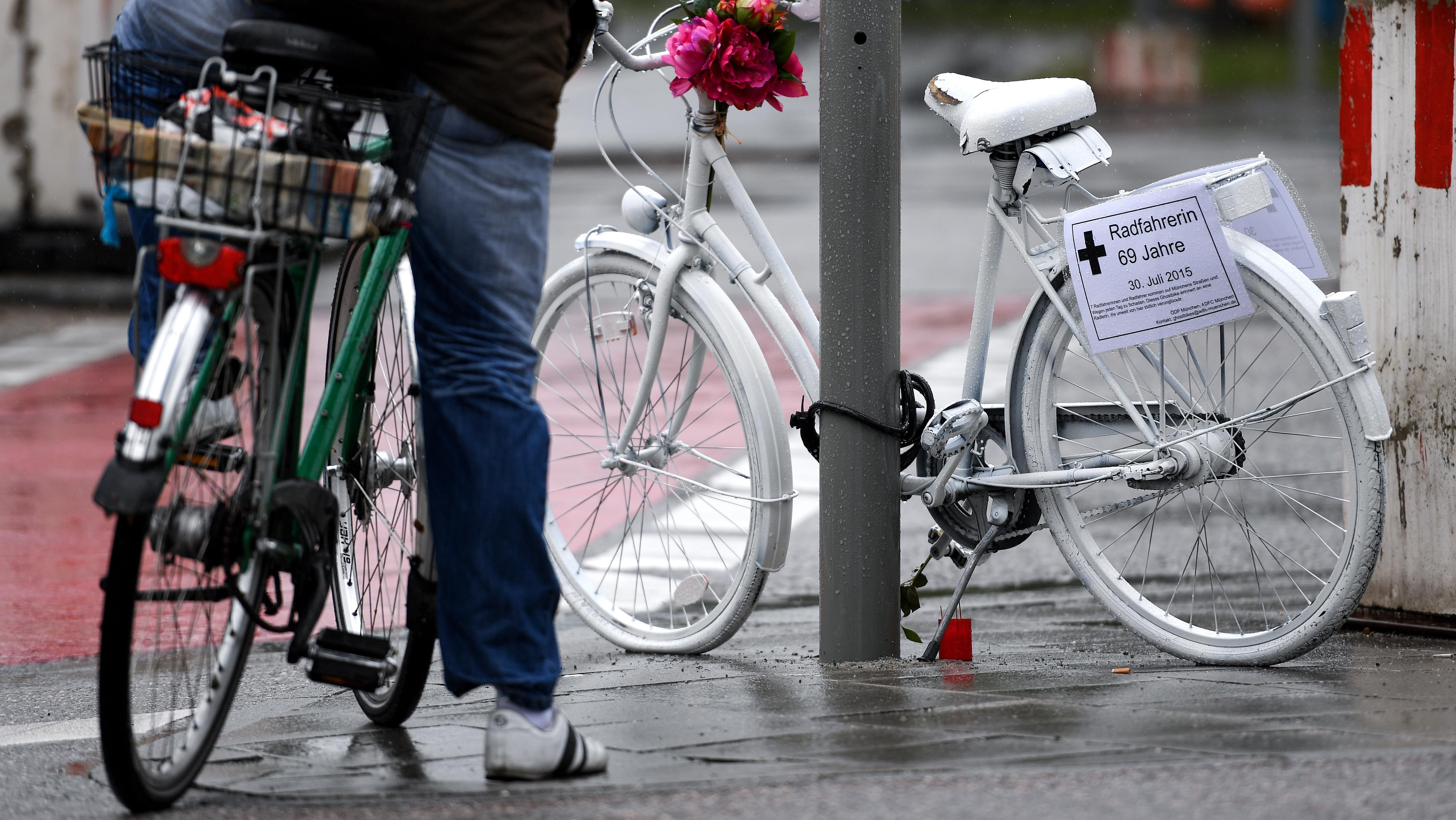 Fahrradfahrer vor Ghost-Bike