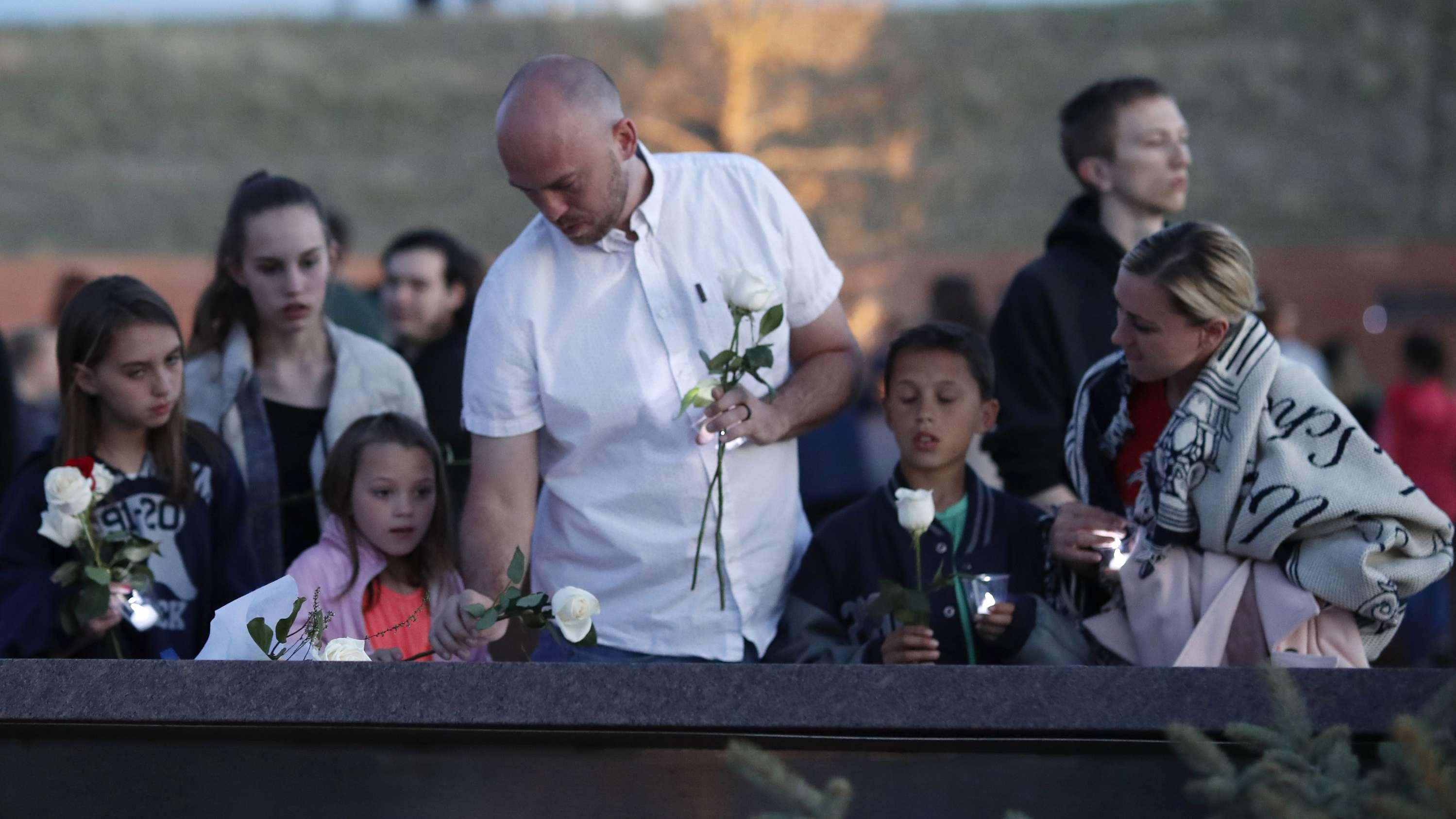 Ein Überlebender des Massakers an der Columbine High School legt während einer Mahnwache an der Gedenkstätte für die Opfer eine Rose nieder.