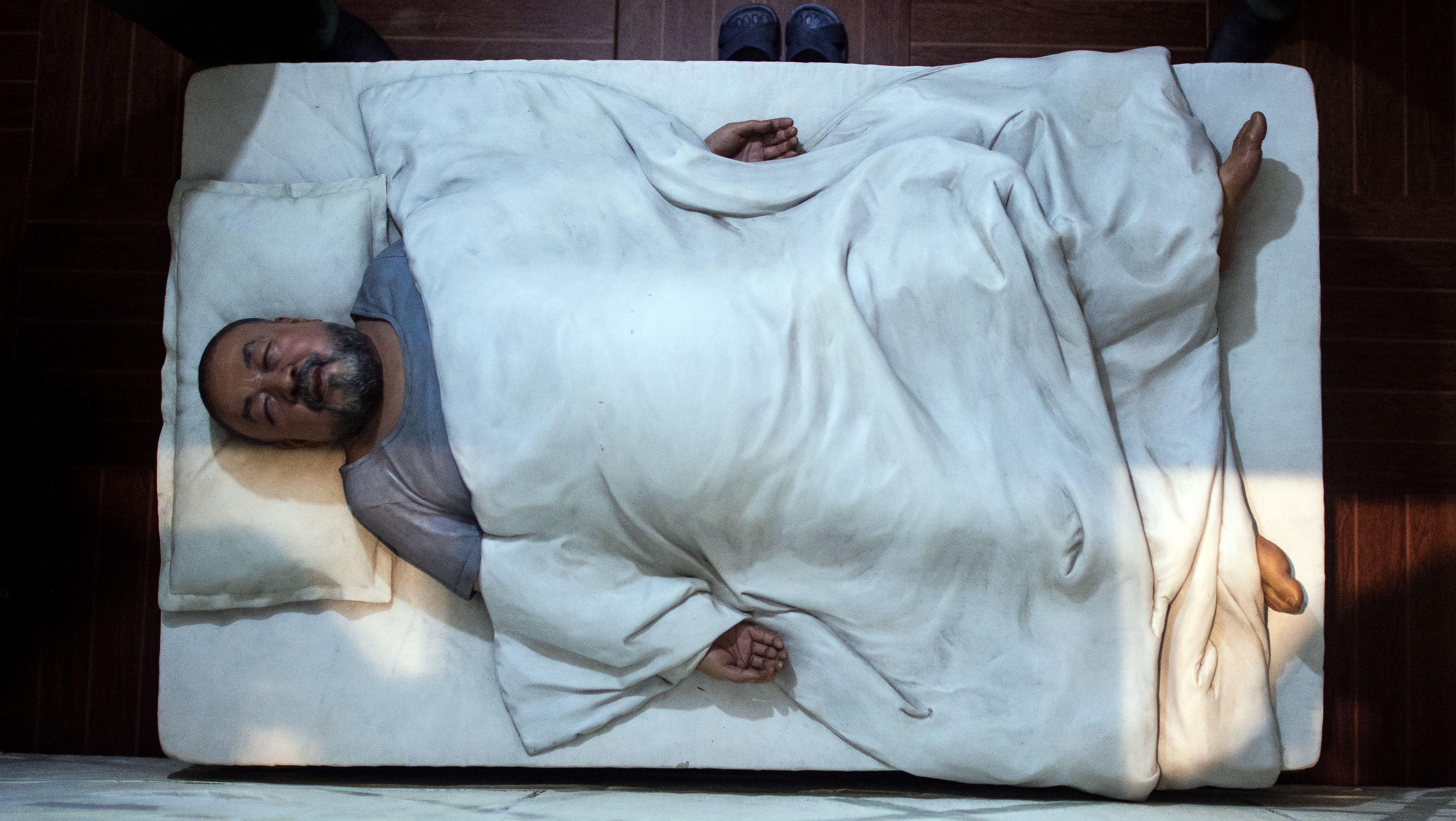 """Ein Detail des Kunstwerks """"S.A.C.R.E.D."""" des chinesischen Künstlers Ai Weiwei aus den Jahren 2011-2013 zeigt den Künstler in einem Bett liegend in Haft und ist in einem Saal der Kunstsammlung Nordrhein-Westfalen aufgebaut."""