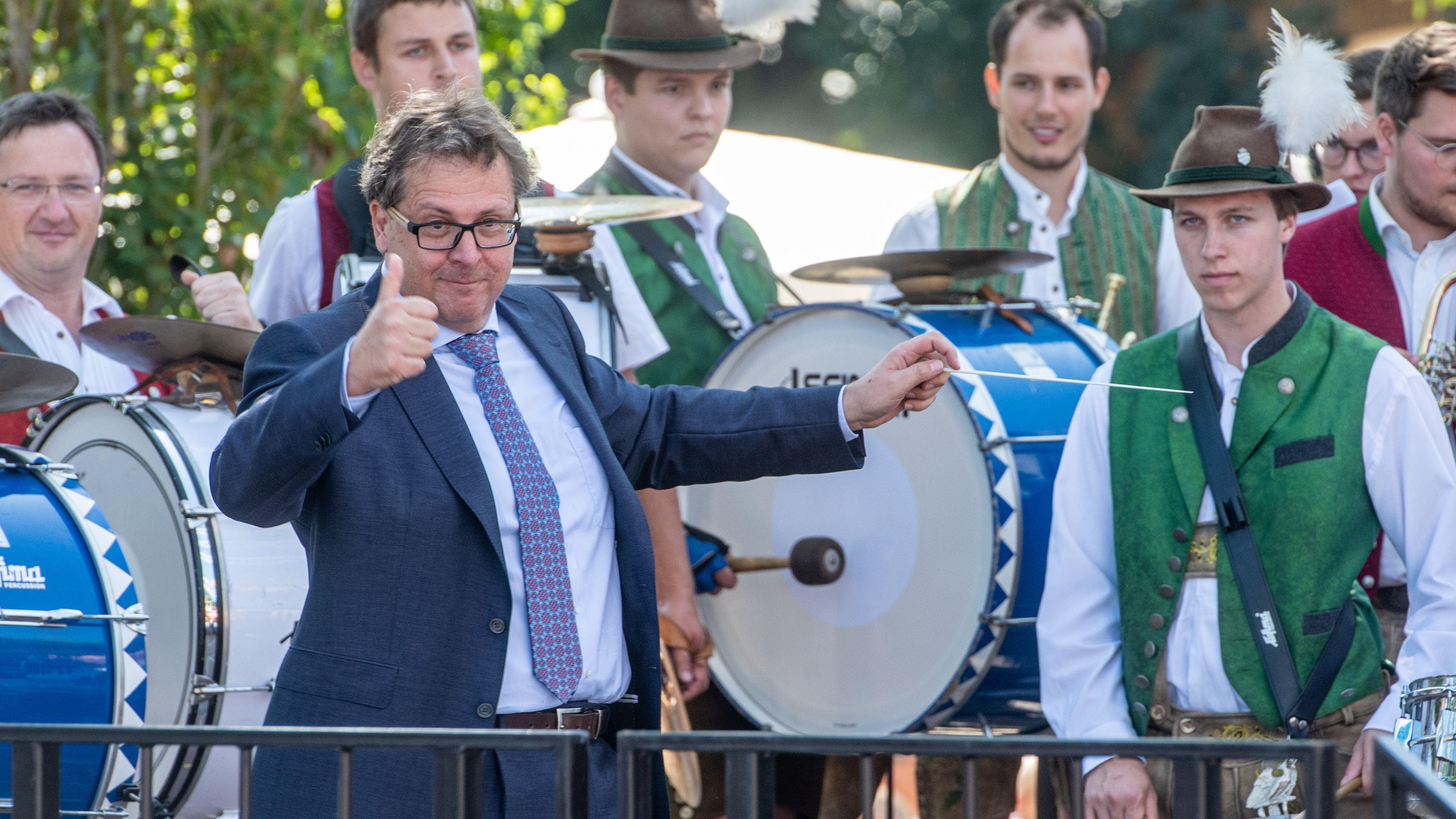 """Richard Loibl dirigiert vor der Verleihung des Dialektpreises """"Bairische Sprachwurzel"""" eine bayerische Musikkapelle - Tradition für Preisträger."""