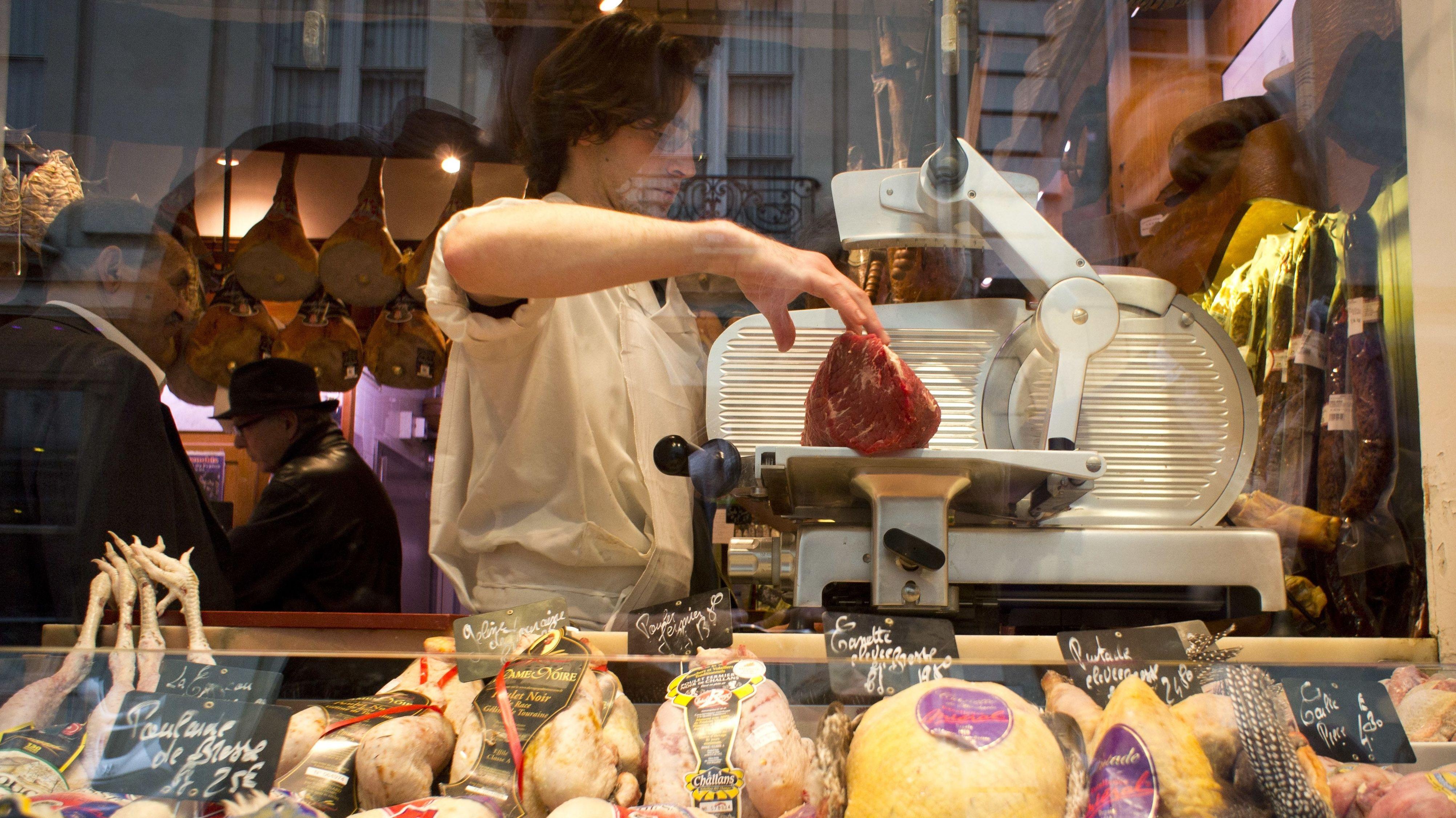 Das Schaufenster eines Metzgerladens auf der Ile Saint-Louis, einer Insel in der Seine in Paris.