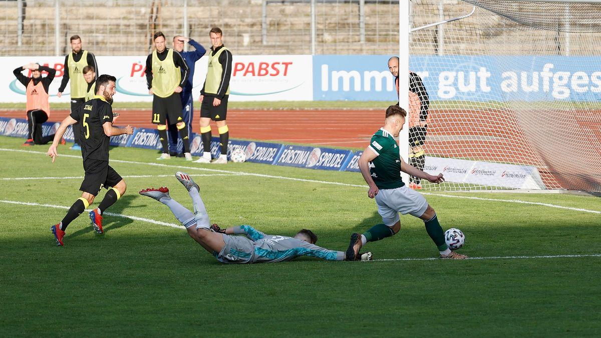 Schweinfurts Amar Suljic trifft zum zwischenzeitlichen 2:0 gegen die SpVgg Bayreuth