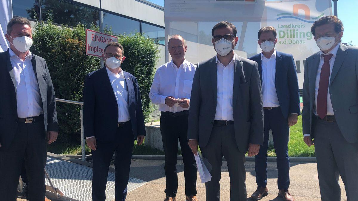 Bayerns Gesundheitsminister Klaus Holetschek (Mitte) besuchte das Impfzentrum Wertingen.