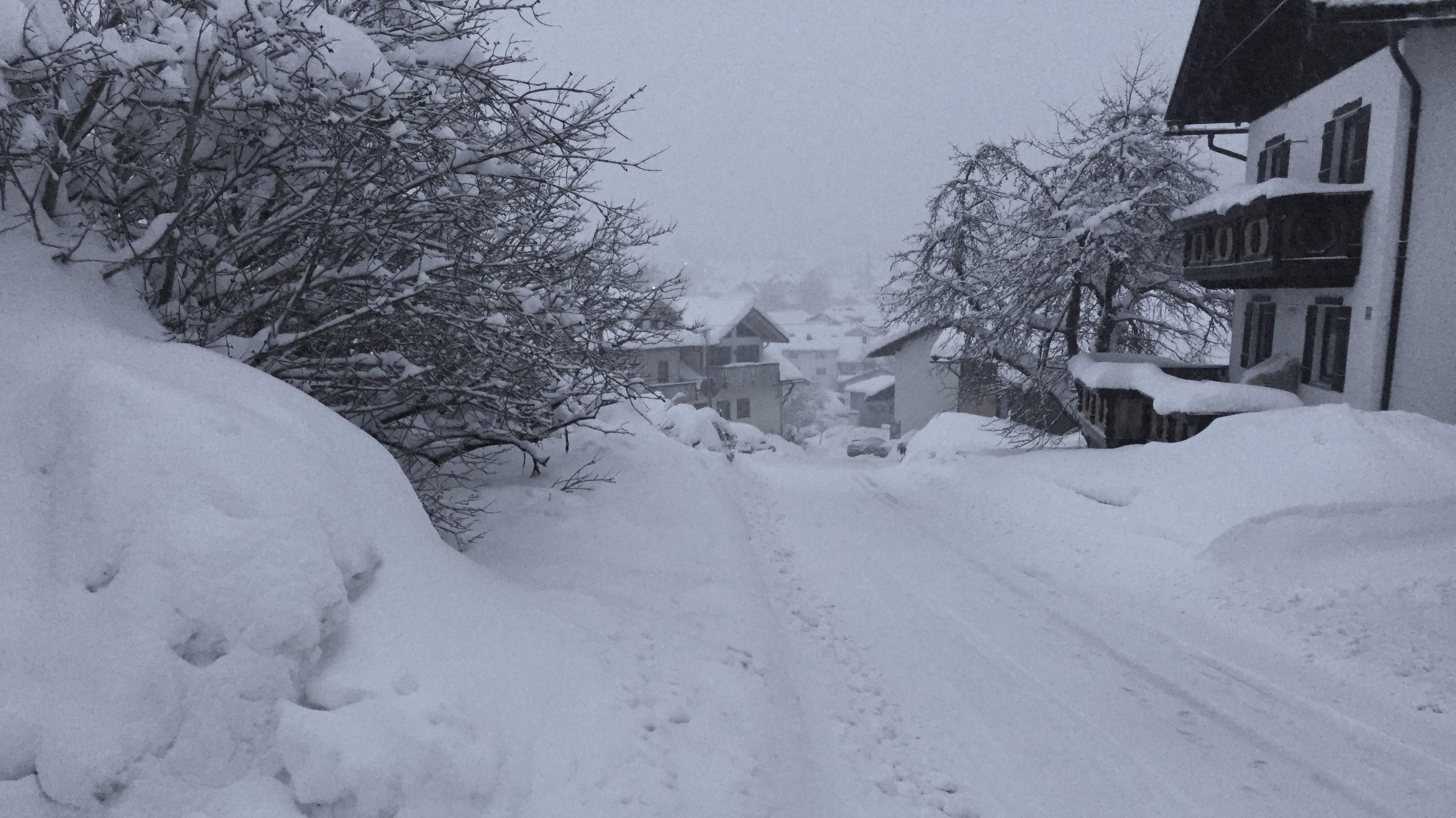 Tiefverschneite Dorfnebenstraße in Bodenmais