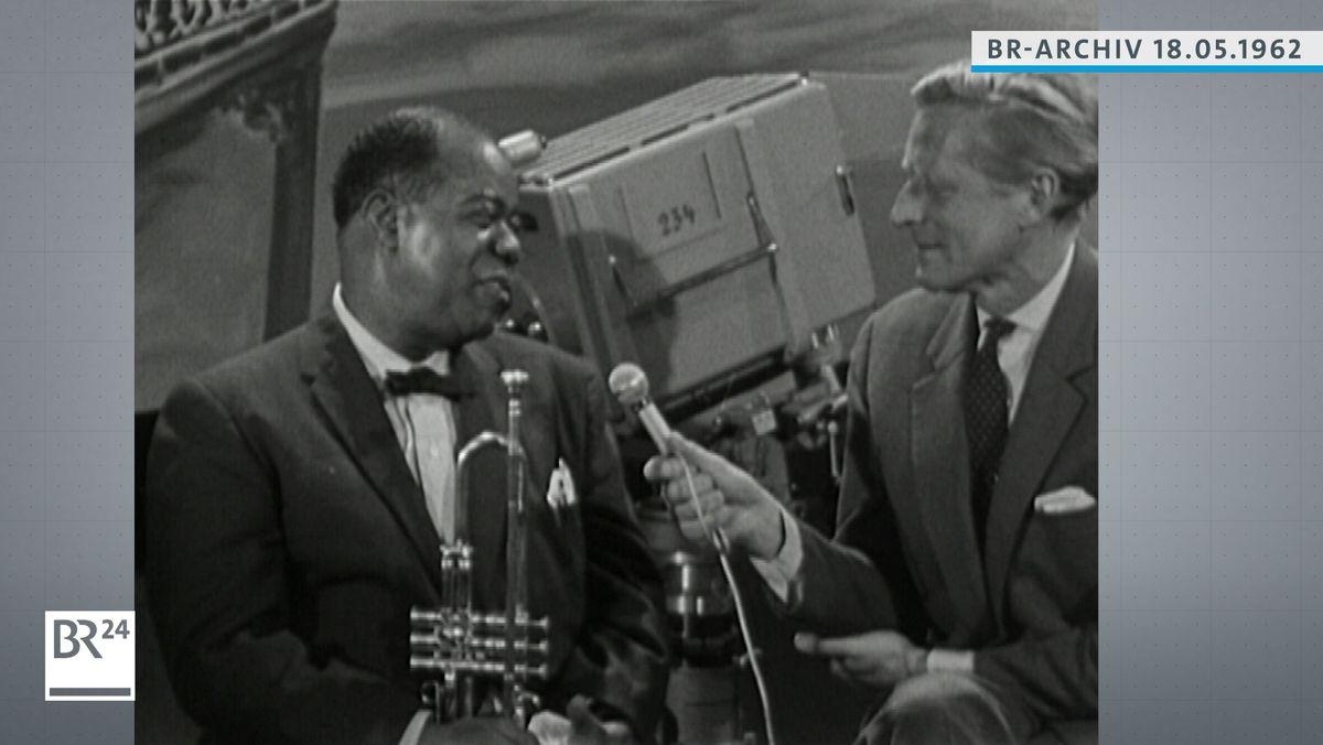 Louis Armstrong und BR-Reporter Wolf Mittler im Gespräch