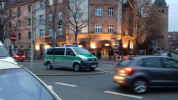 Kreuzung in Nürnberg an der Ecke Johannisstraße, zu sehen sind Autos, Geschäfte und Wohnhäuser und ein Polizeiwagen.  | Bild:Twitter / Polizei Mittelfranken