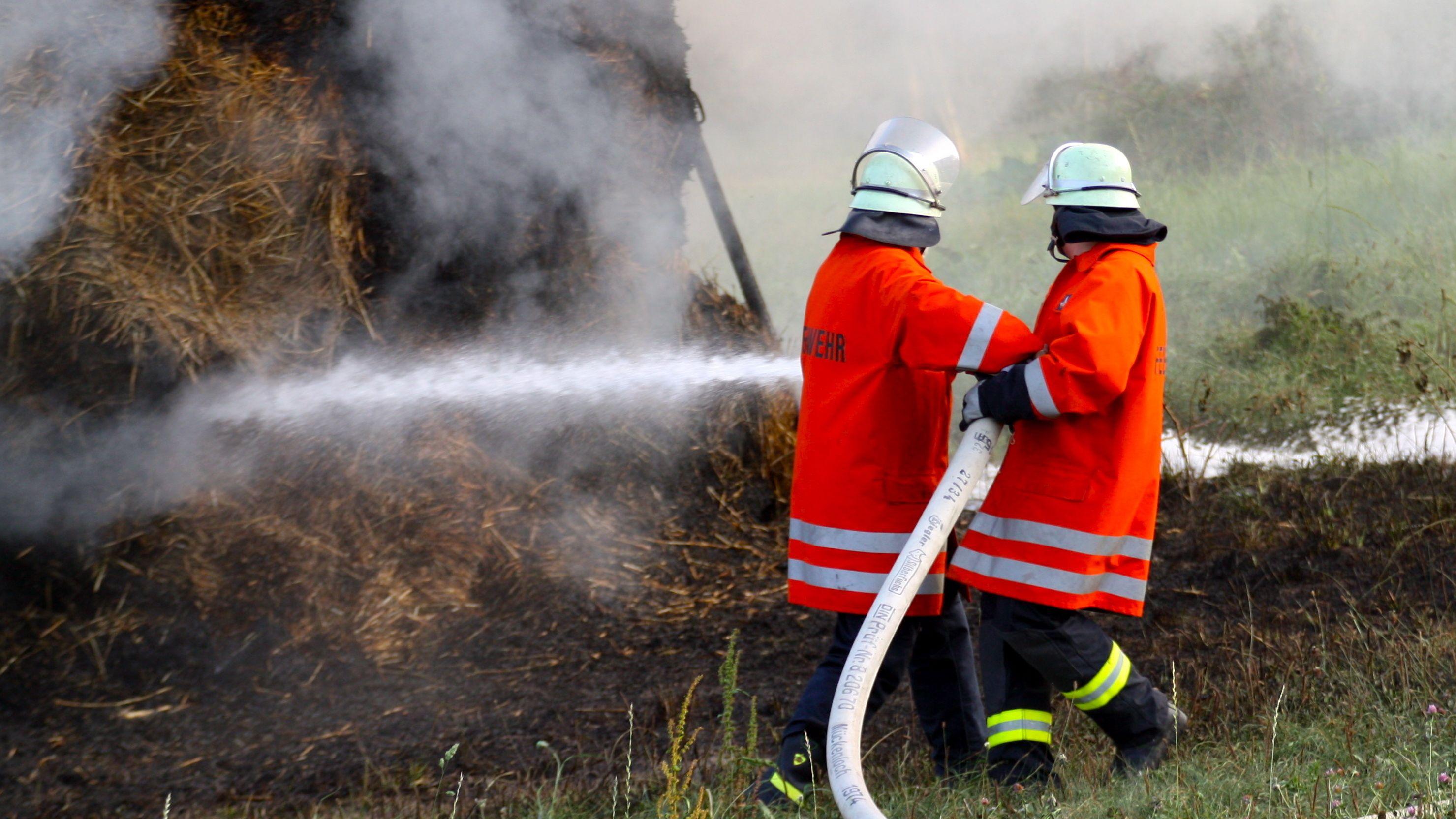 Feuerwehrmänner im Einsatz (Symbolbild).