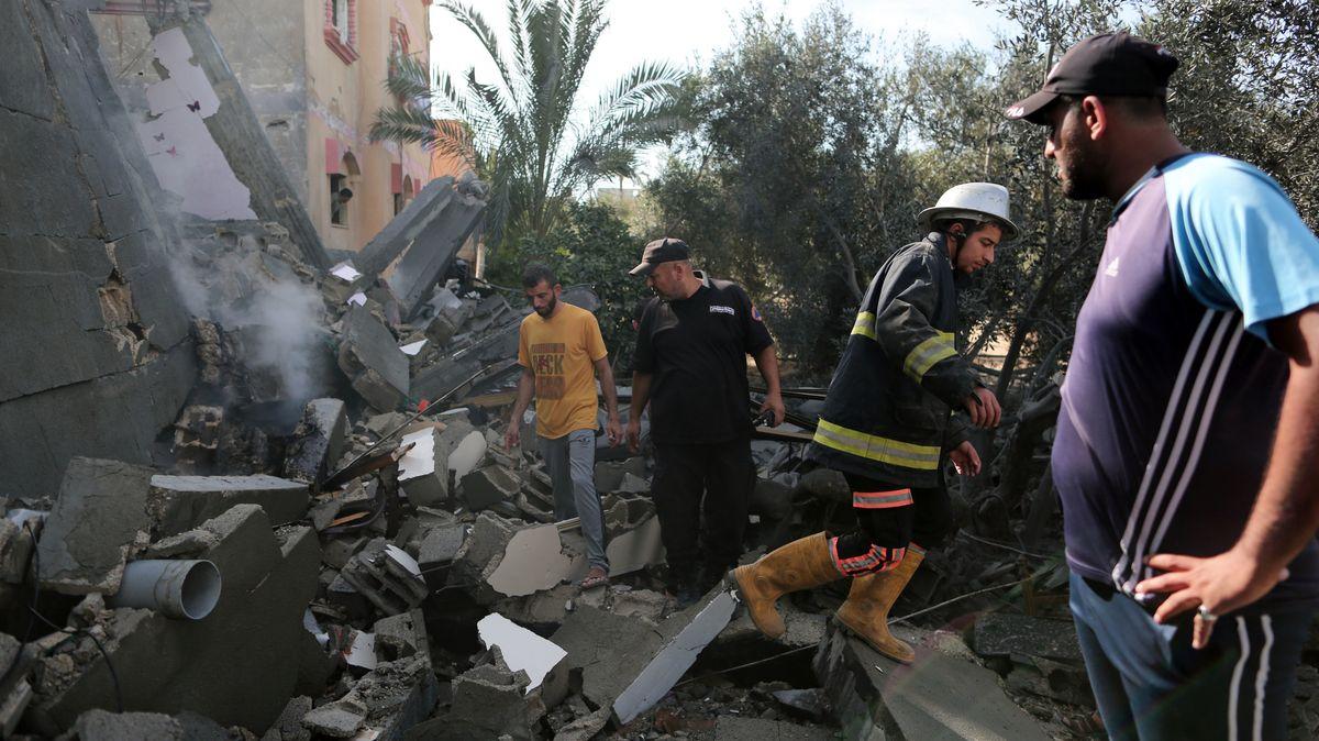 Männer im palästinensischen Autonomiegebiet begutachten Trümmer