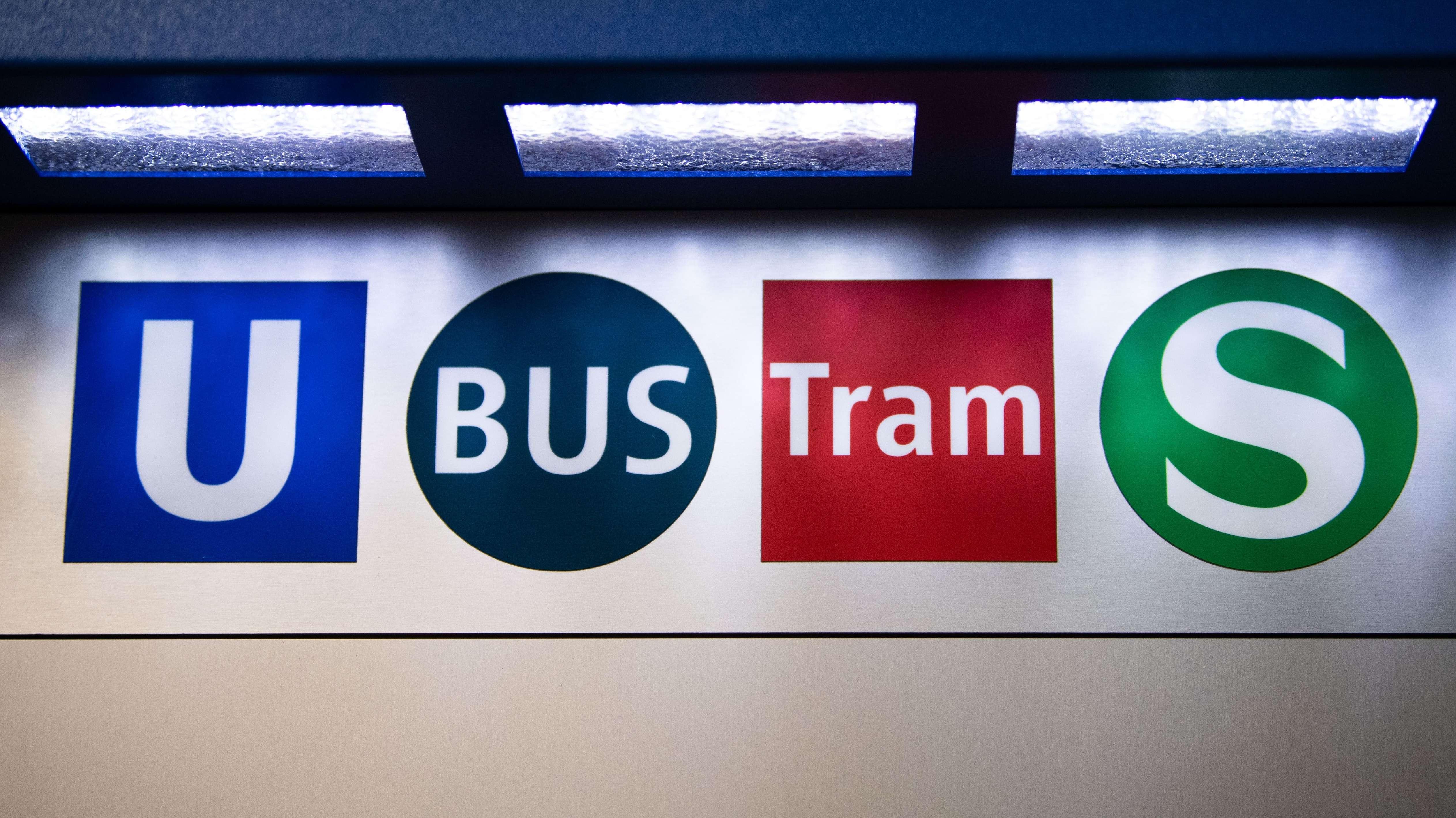 Blick auf Logos des öffentlichen Nahverkehrs auf einem Ticketautomaten der Münchener Verkehrs Gesellschaft (MVG)