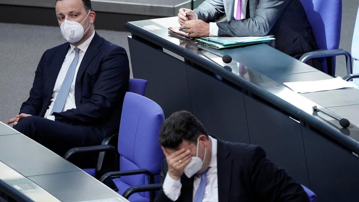 Jens Spahn (Bundesminister für Gesundheit) und Hubertus Heil (Bundesarbeitsminister) bei der Aktuellen Stunde im Bundestag.