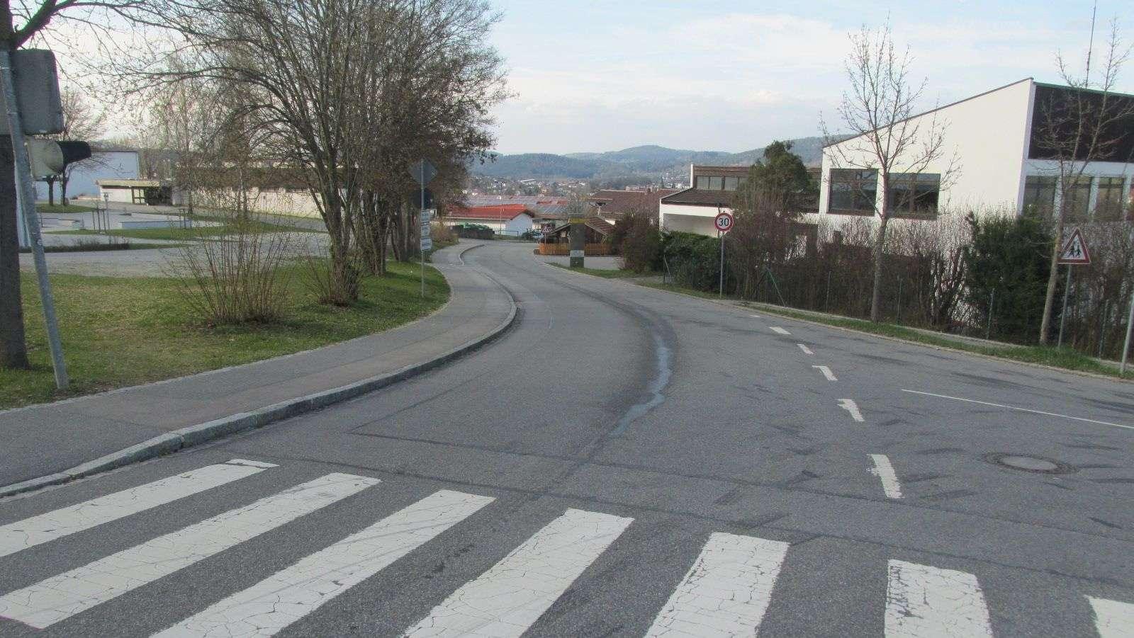 In der Straßenkurve auf Höhe Blossersberg in Viechtach kippte ein Mann Öl auf die Straße. Besonders für Motorradfahrer war die Ölspur gefährlich.