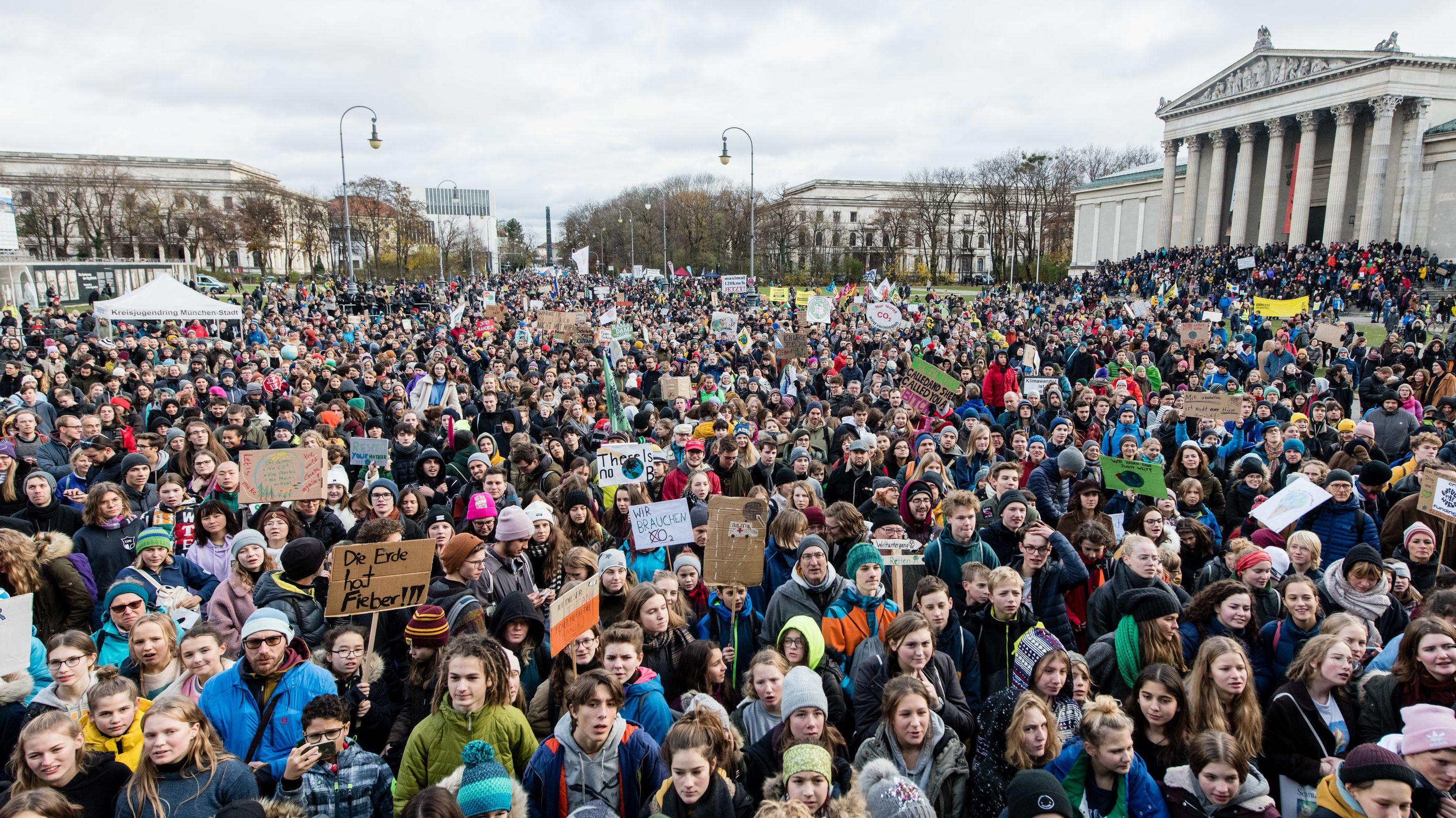 Der Münchner Königsplatz ist voll mit Menschen, die für mehr Klimaschutz demonstrieren.