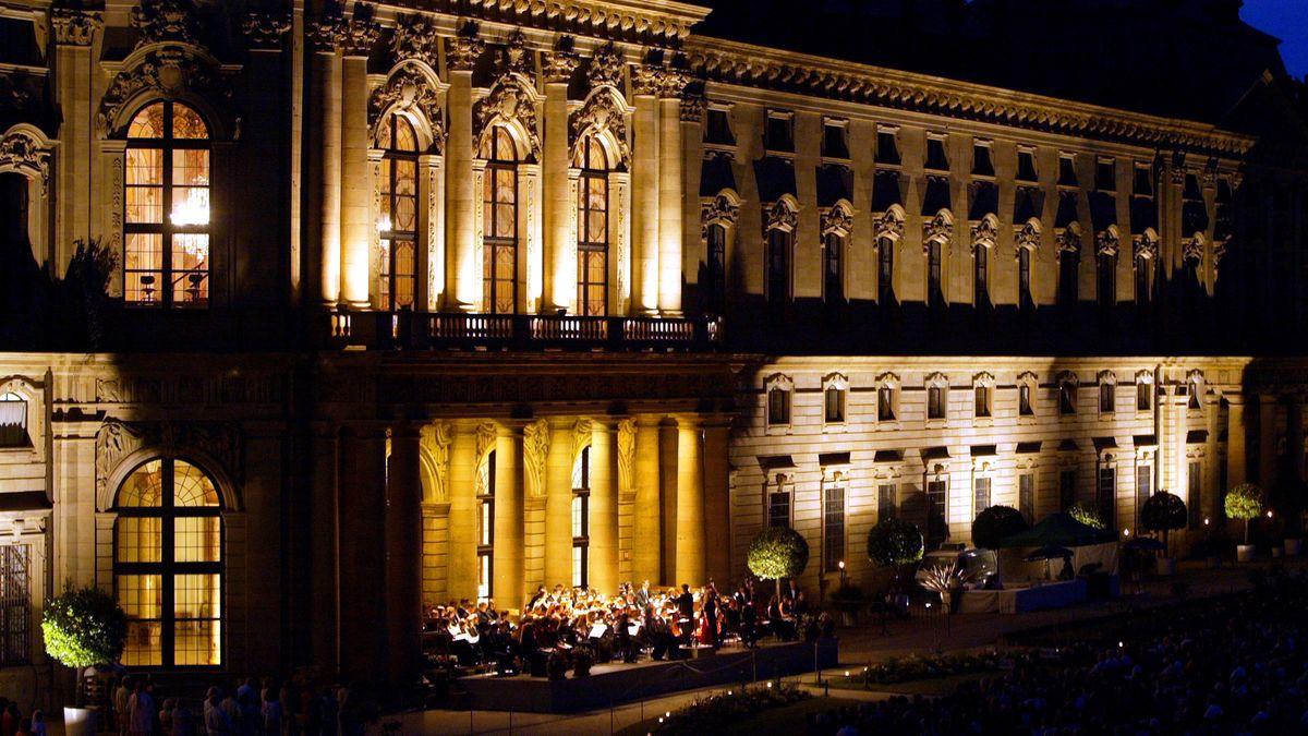 Beim Mozartfest in Würzburg im Jahr 2005 spielen Musiker vor der Residenz.