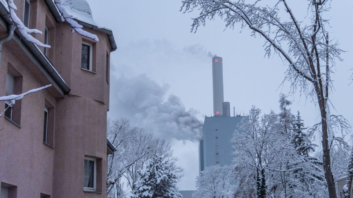 Rauchwolken steigen aus dem Kraftwerk