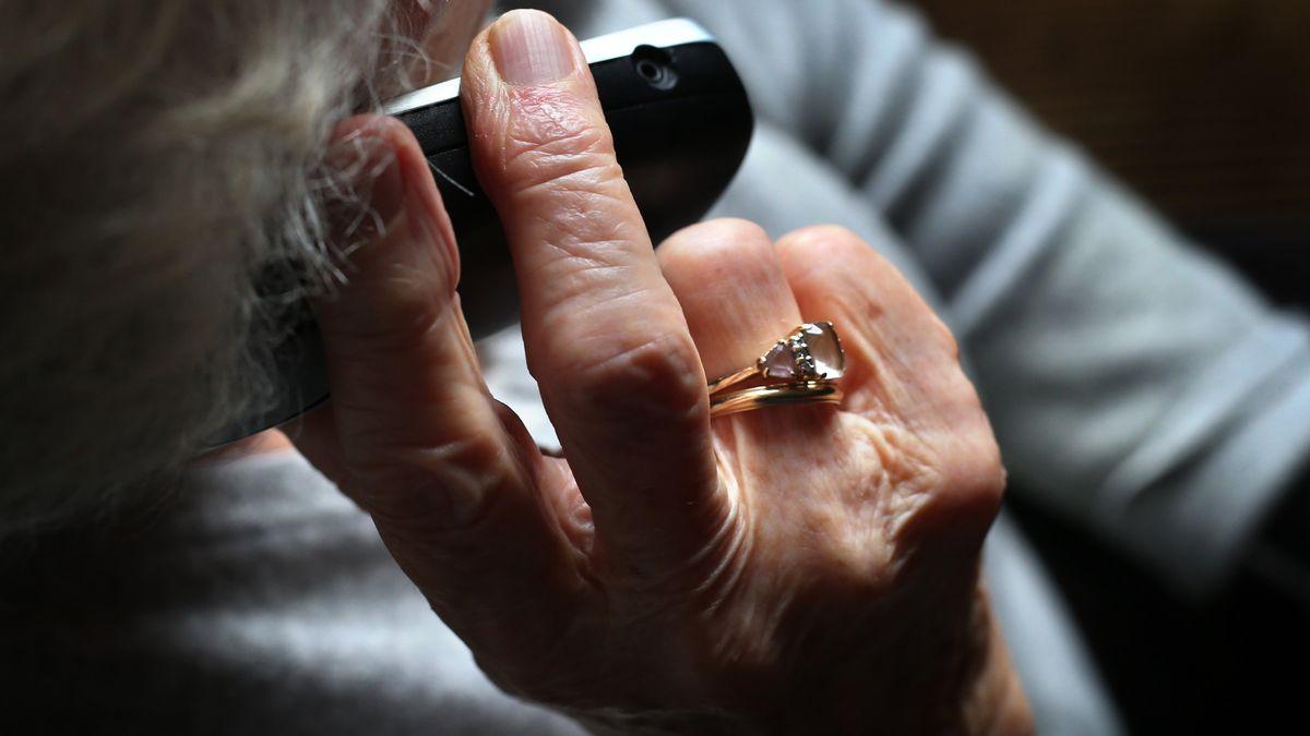 Polizei warnt vor Enkeltrick: Ältere Frau am Telefon