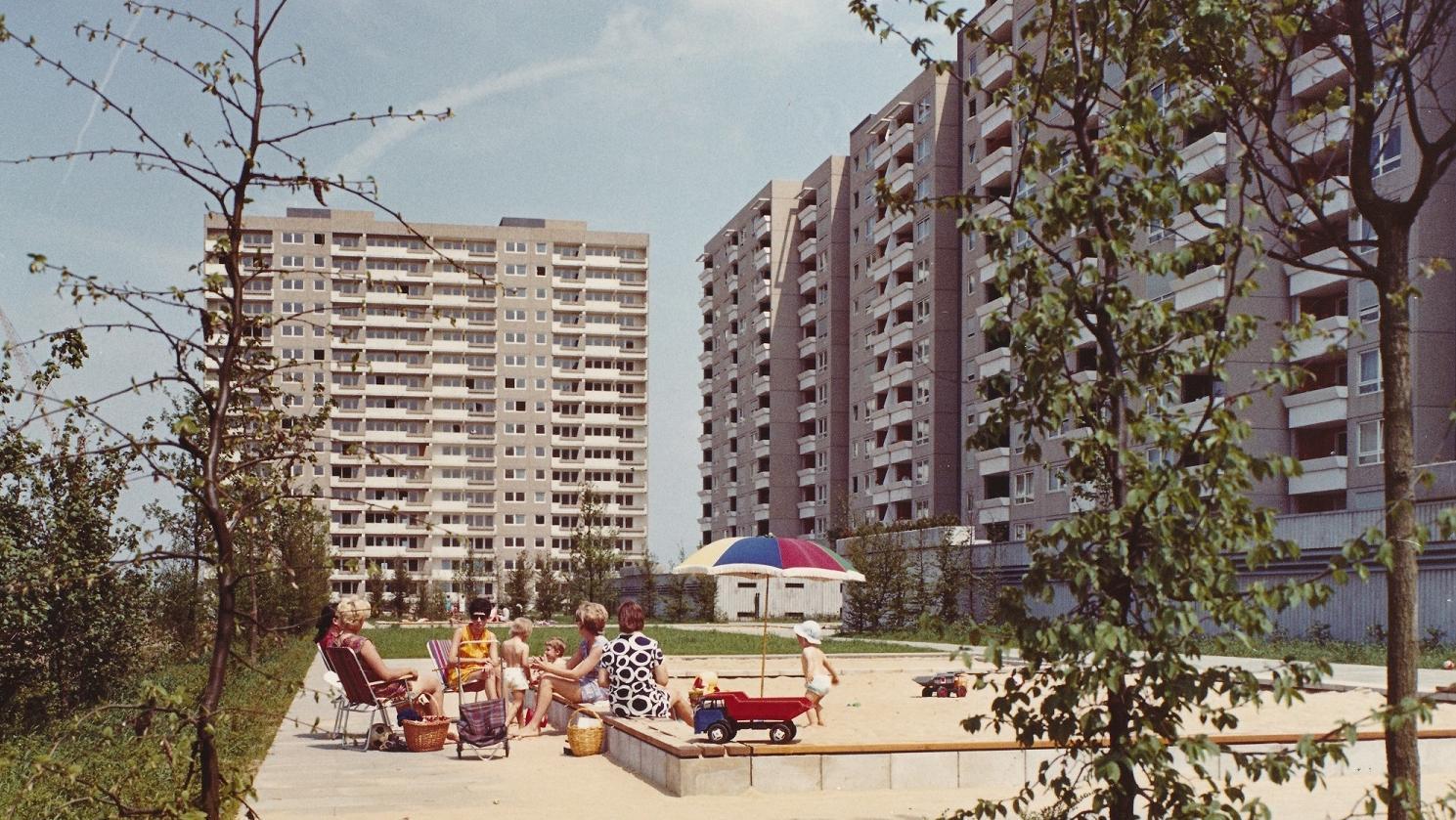 Frauen und Kinder auf die Spielplatz im Hof der Siedlung Kranichstein Darmstadt