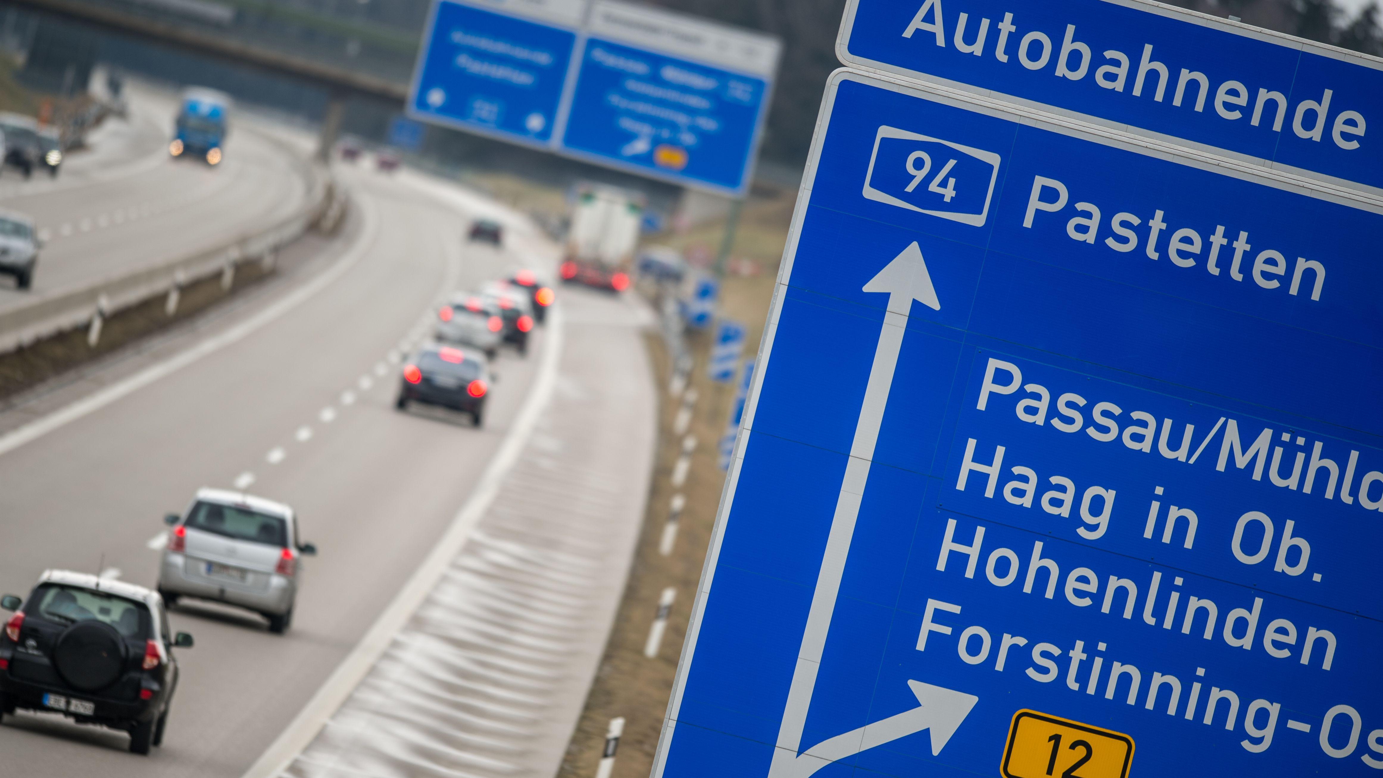 """Der Schriftzug """"Autobahnende Pastetten"""" steht am 05.02.2016 auf einem Verkehrsschild über der Autobahn"""