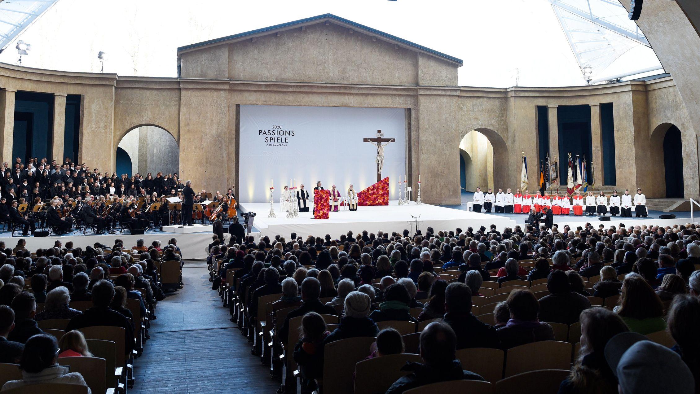 Auf der Freiluftbühne des Passionstheaters wird ein Festgottesdienst gefeiert (Archivbild).