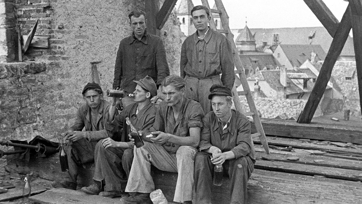 Regensburg: Zimmerleute auf dem zerstörten Dach der Minoritenkirche (1947)