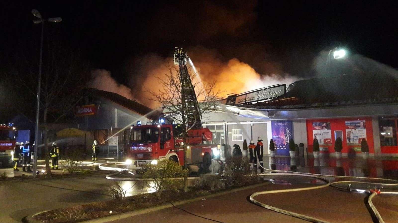 Einsatzkräfte der Feuerwehr beim Löschen des Brands in Bachhofen