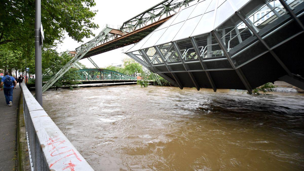 Überflutete Station der Wuppertaler Schwebebahn