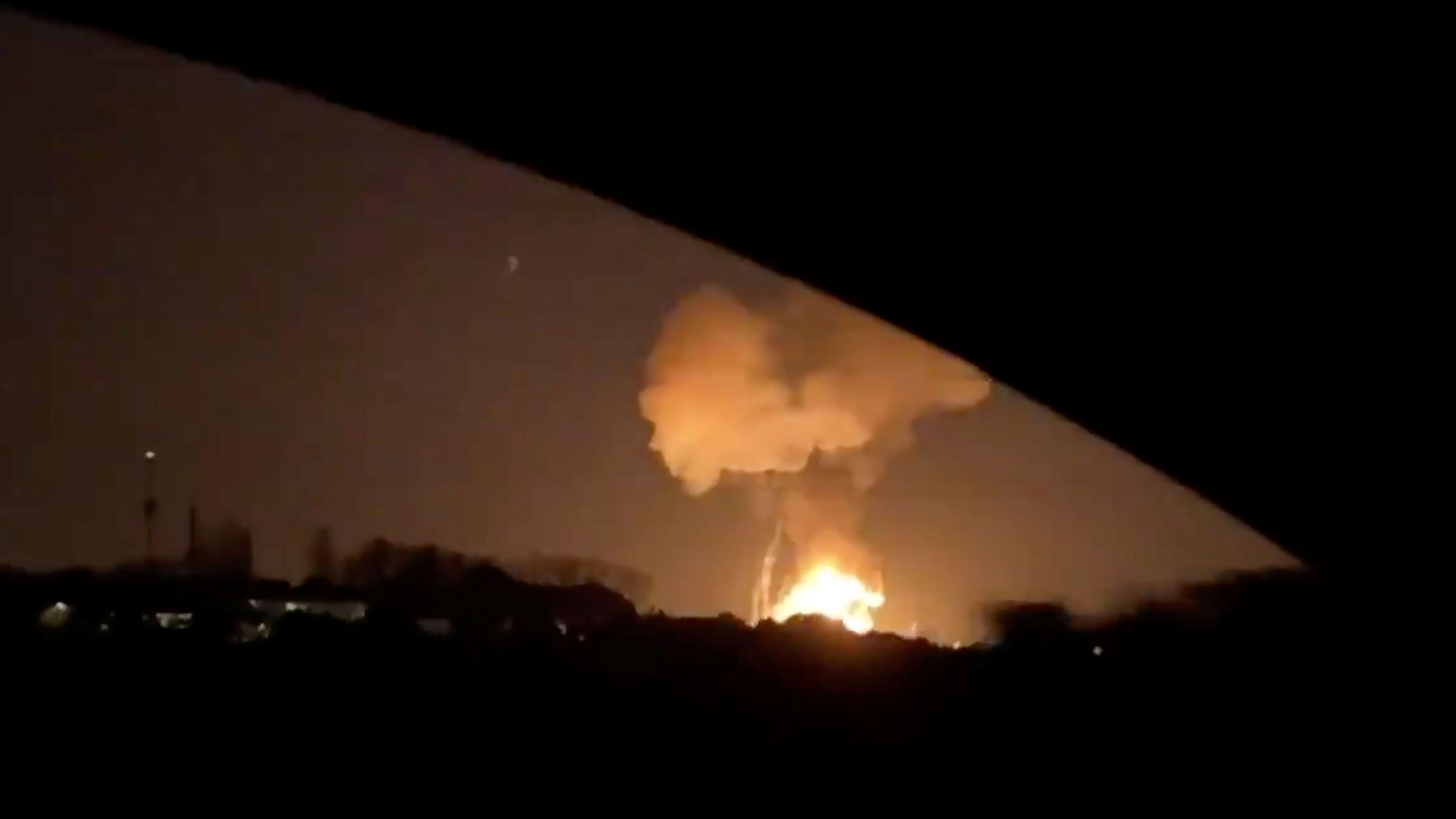 Der Moment der Explosion, aufgenommen durch ein Autofenster.