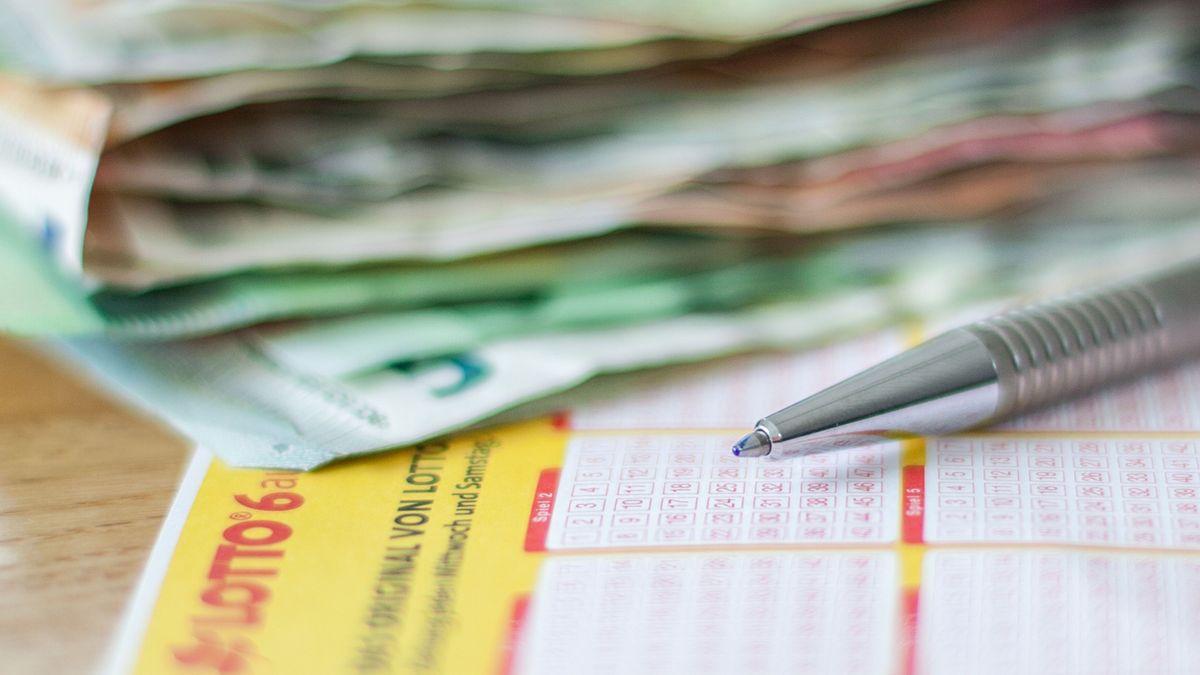 Lottoschein und Geld (Symbolbild)