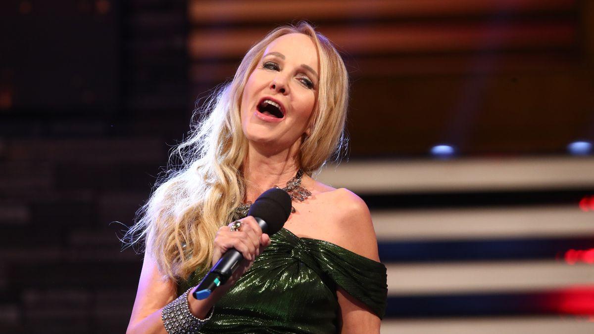 Kristina Bach ist selbst erfolgreiche Schlagersängerin. 2018 tritt sie während der Generalprobe der ARD Sendung Silvester Show auf.