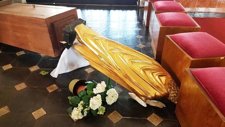 Eine umgestoßene Heiligenfigur in einer Bamberger Kirche