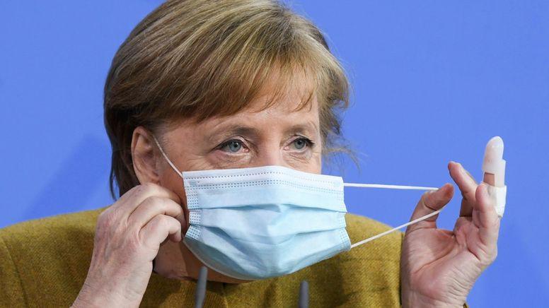Bundeskanzlerin Angela Merkel mit Maske bei einem Pressestatement | Bild:picture alliance/dpa/AFP POOL | John Macdougall