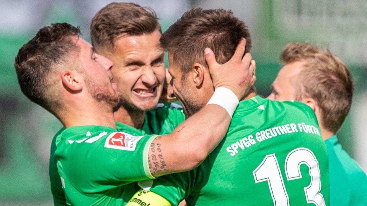 Spieler von Greuther Fürth feiern ein Tor