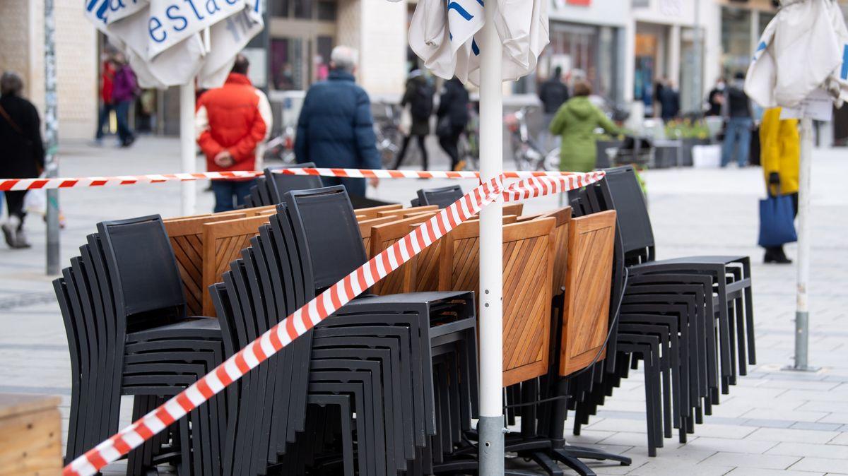 Geschlossene Außengastronomie in der Münchner Innenstadt.