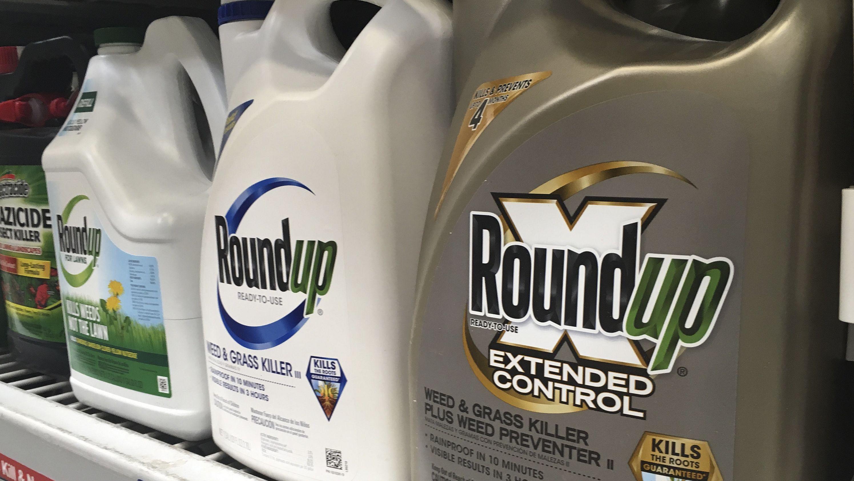 """Glyphosathaltiges Unkrautvernichtungsmittel """"Roundup"""" steht in einem Ladenregal."""