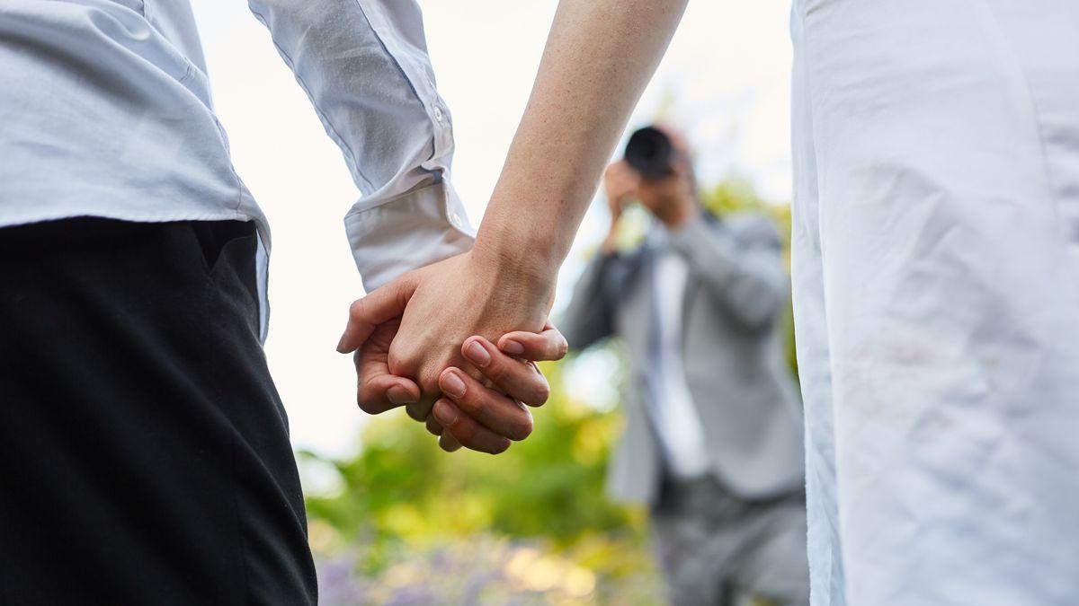 Händchenhaltendes Paar (Symbolbild)