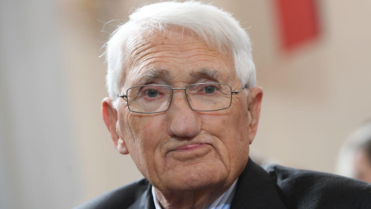 Jürgen Habermas blickt in die Kamera