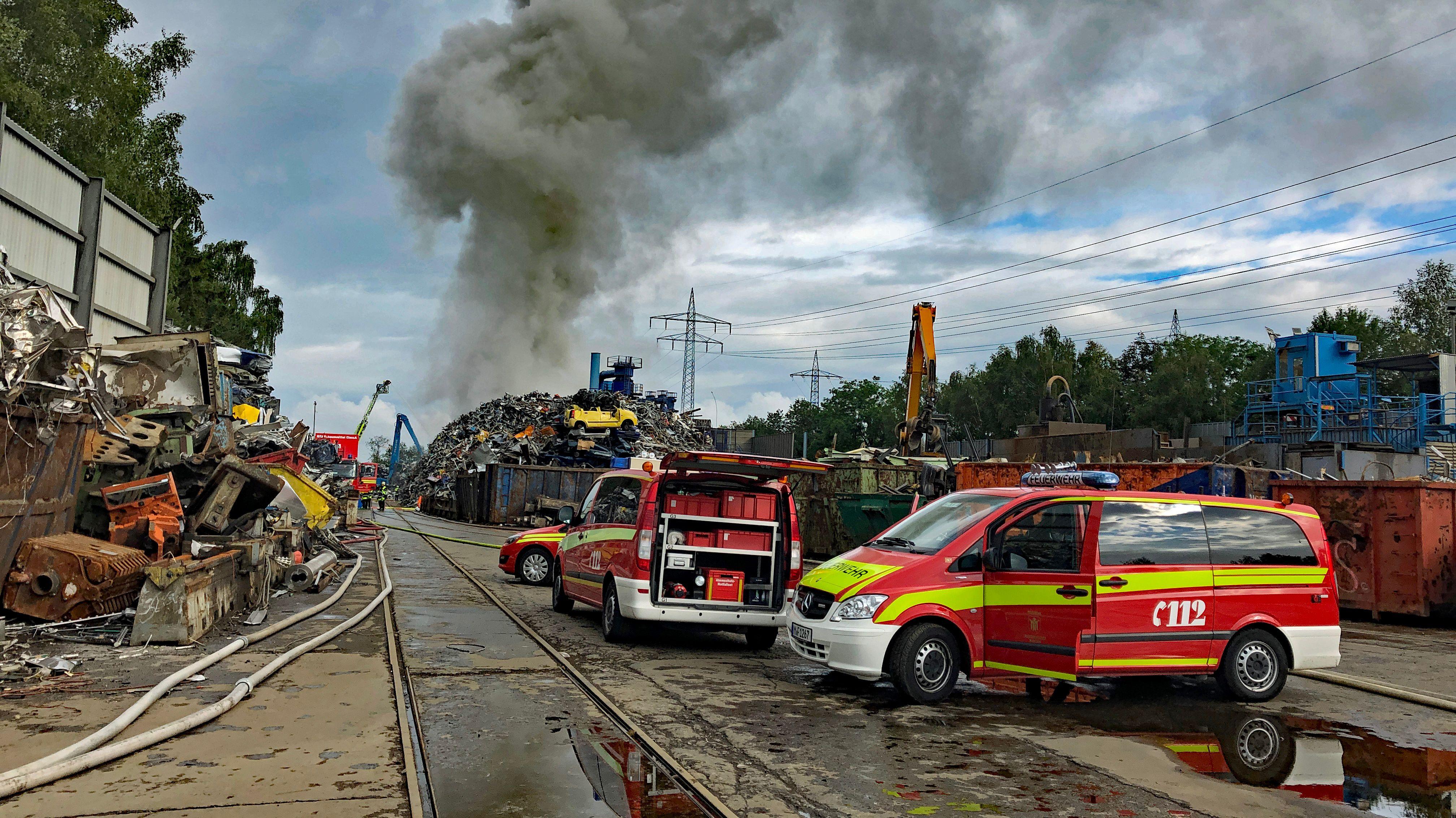 Dichte Rauchwolken nach einem Brand in Recyclinghof in München-Aubing