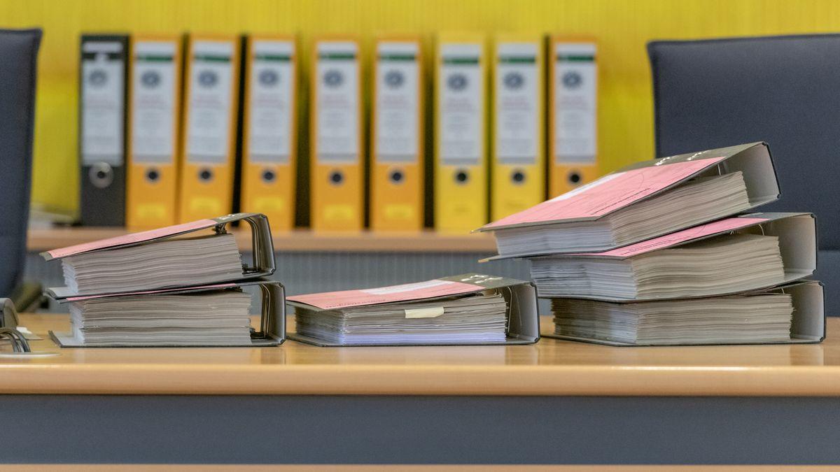 Akten aus dem Fall Geislehöring: Vor einer Woche ist der angeklagte Landwirt in Regensburg vom Vorwurf der Wahlfälschung freigesprochen worden.